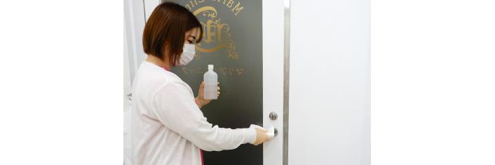 町田マリアクリニックの入口ドアノブの消毒