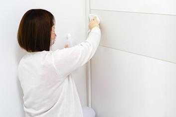 町田マリアクリニックの施術室ドアの消毒